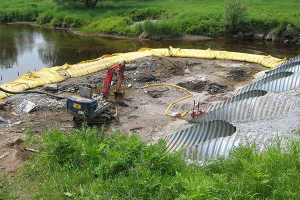 Joki toimii. Joustava Water-Gate © cofferdams. Suutin, virran suuntaus.