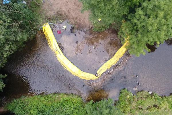 Ilmakuva. Water-Gate© -asennus U: ssa Asennus jokeen virran suuntaisesti.