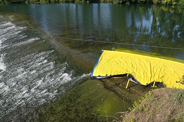Water-Gate © WA-6050 cofferdam, jonka pää kuolee tasaisella, matalalla kaltevuudella.