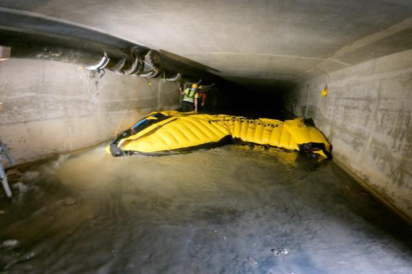 Joustavan Water-Gate© -kofferdamin poistaminen. Etureuna on nostettu päästämään vettä kasetin alle ja vähentämään kitkavoimia.