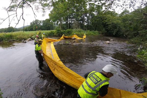 Etureuna pidetään poissa vedestä, jotta pato ei täyttyisi ennen sijoittamisen päättymistä.