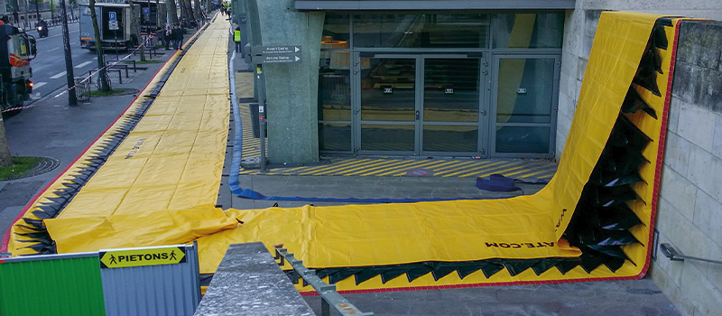 La barrière Water-Gate peut être pliée dans toutes les directions. Ici pliage en angle droit, puis terminaison par prise d'appui murale.